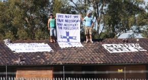 Asylum_seekers_on_the_roof_of_Villawood_Immigration_Detention_Centre_2
